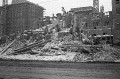 Rozbiórka przedwojennych kamienic, za nimi budowane bloki MDM, zima 1951