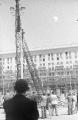 Montaż latarni na pl. Konstytucji, czerwiec 1952