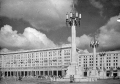 Plac Konstytucji i kandelabry w całej okazałości, lipiec 1952