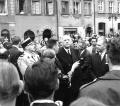 Prezydent Charles de Gaulle na Rynku Starego Miasta, z prawej SJ