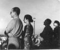 Hanna i Stanisław Jankowscy obserwują montaż Kolumny Króla Zygmunta