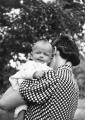 Zofia Jankowska z córką Magdaleną, lato 1939