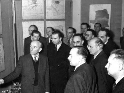 Zygmunt Skibniewski prezentuje plany Bolesławowi Bierutowi, 1947