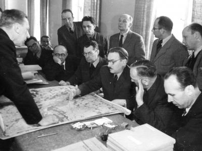 Kazimierz Lier (drugi z lewej) referuje założenia urbanistyczne Bolesławowi Bierutowi, 1947