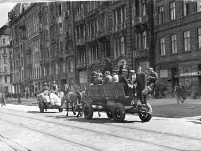Powrót do Warszawy, ul. Marszałkowska, 1945. Fot. E. Falkowski