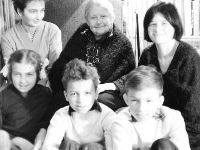 Elżbieta Jankowska z synową Hanną i wnukami: Magdaleną, Hanną, Piotrem i Michałem - lata 1960-te