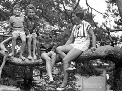 Z dziećmi w Pobierowie, 1959