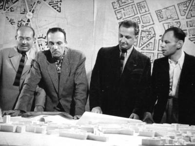 Nad makietą MDM - od lewej: Zygmunt Stępiński, Józef Sigalin, SJ i Jan Knothe, 1950