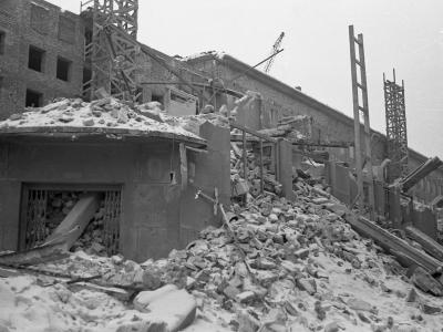 Rozbiórka kamienicy przy Marszałkowskiej 65 przed budowanym blokiem MDM, zima 1951