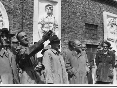 Bolesław Bierut ogląda modele płaskorzeźb, kwiecień 1952