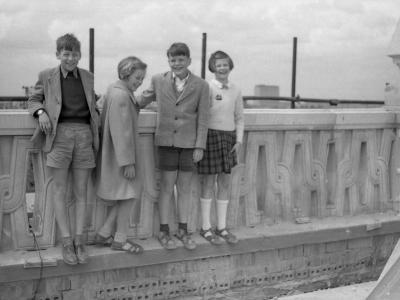 Od lewej: Tomek (syn arch. Kazimierza Marczewskiego), Joanna (córka arch. Jana Grabowskiego), Krzyś Ernst i Magdalena (córka SJ) na budowie MDM