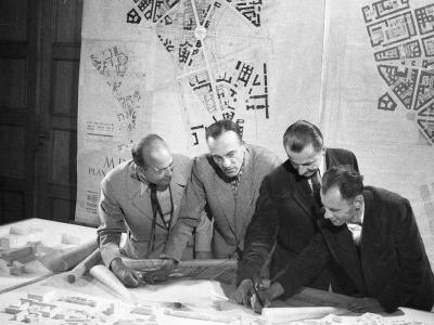 Rysuje Jan Knothe, obok: SJ, Józef Sigalin i Zygmunt Stępiński