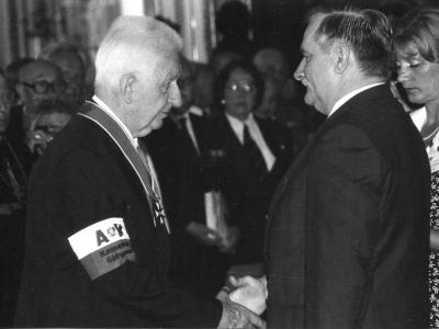 Prezydent Lech Wałęsa odznacza SJ, 1994