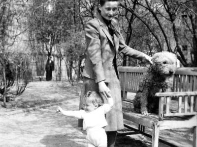 Zofia i Magdalena Jankowskie z psem Astorem, wiosna 1940