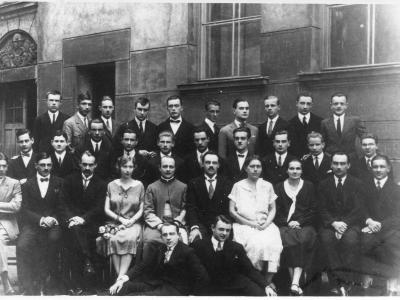 """Maturzyści Szkoły """"Mazowieckiej"""" rocznik 1926. Brat SJ - Andrzej drugi od lewej w ostatnim rzędzie"""