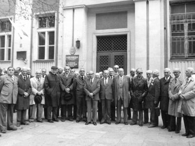 Spotkanie absolwentów, 1968. W środku SJ