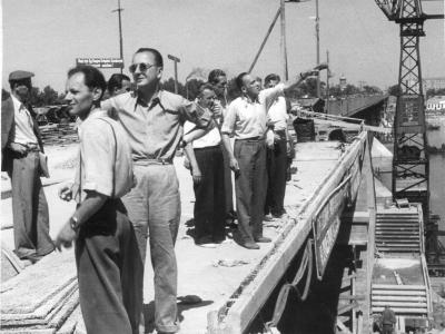 Budowa mostu, od lewej: 2. Jan Knothe, 4. SJ, 7. Józef Sigalin