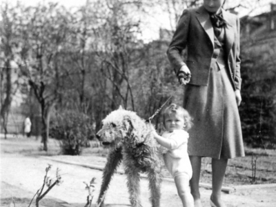 Zofia i Magdalena Jankowskie z psem Astorem